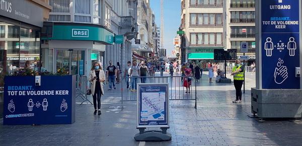 На вулицях Остенде неможливо не помітити знаки про маски та дезінфекцію. Тротуари розділені навпіл, за напрямком руху