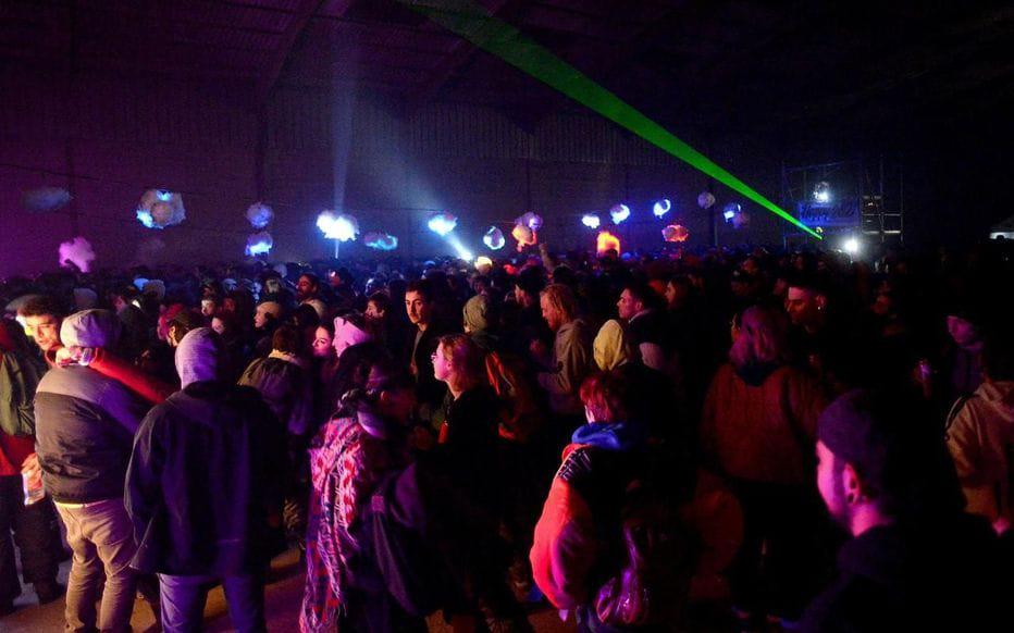 Танцпол нелегальної вечірки у Бретані