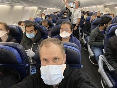 Фото від користувача @ethanjweiss, яке стало вірусним. Втім, подібних світлин про повністю завантажені рейси опубліковано чимало