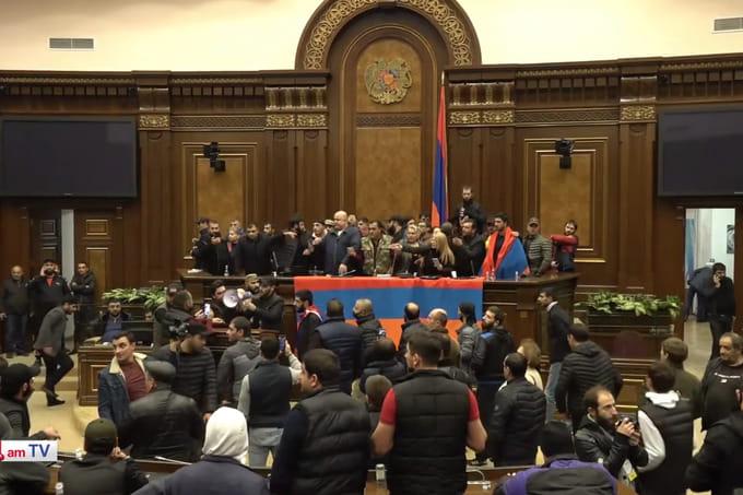 Возмущенные ''миром в Карабахе'' штурмовали здания правительства и  парламента Армении   Европейская правда