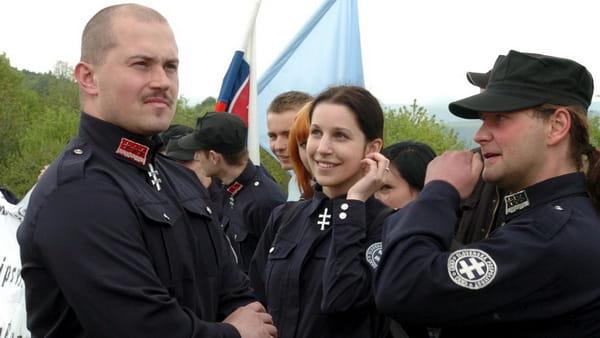 Маріан Котлеба (зліва) серед прихильників