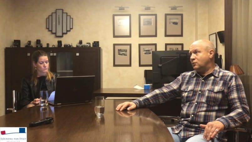 Олег Пулатов та його нідерландський адвокат (кадр з відеозапису)