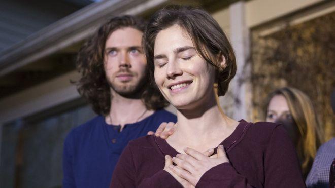 Аманда Нокс зі своїм нареченим після оголошення рішення касаційного суду.