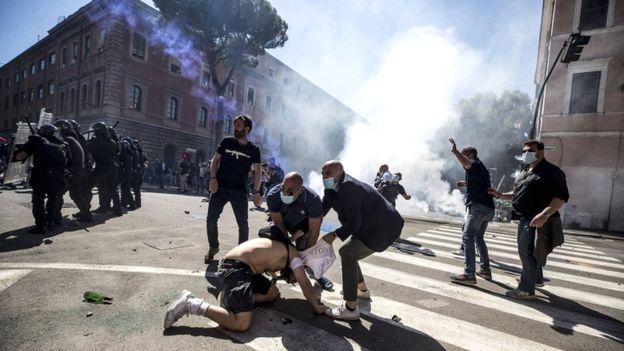Полиция применила слезоточивый газ и водометы на коронавирусном протесте в  Риме | Европейская правда