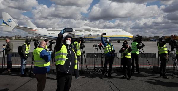 Аеропорт Варшави. Польські журналісти роблять селфі на фоні