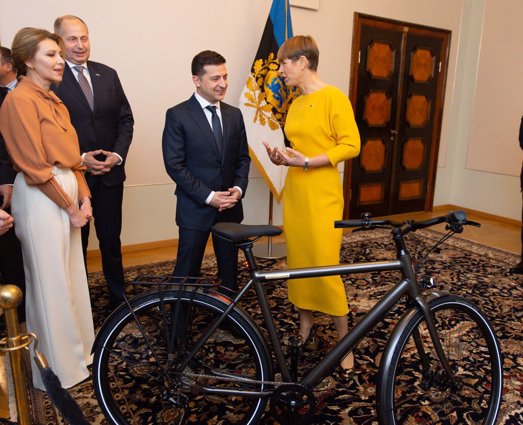Президент Эстонии подарила Зеленскому велосипед