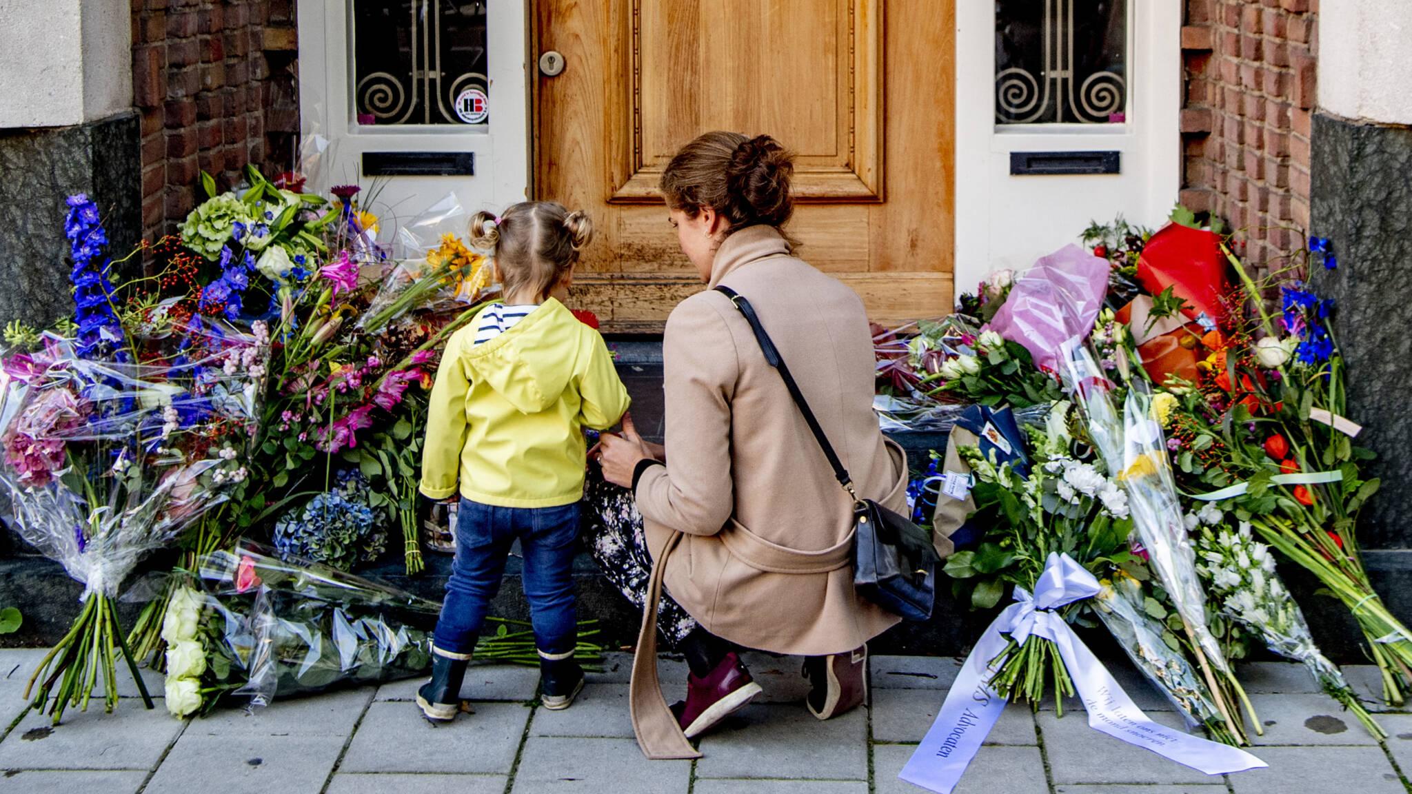 Люди приносять квіти до будинку загиблого адвоката