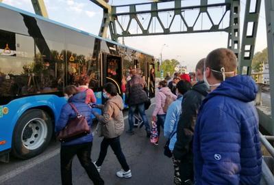 Один з автобусів, що перевозить людей на кордоні у Чопі