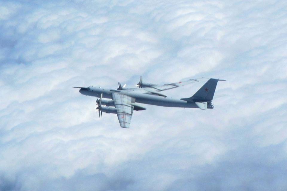 Російський протичовновий літак Ту-142