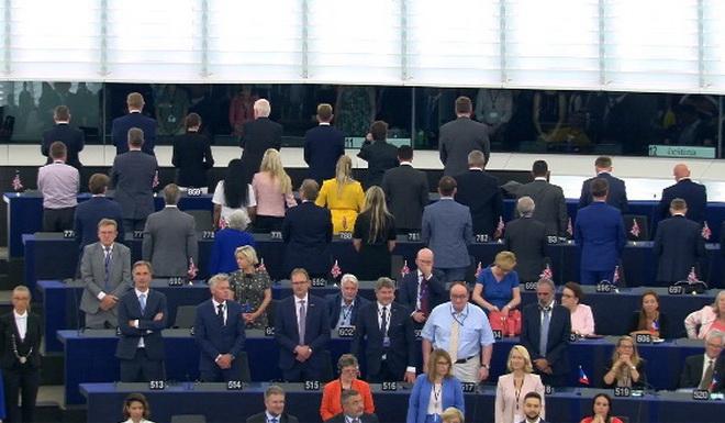 Депутаты партии Brexit демонстративно отвернулись во время исполнения гимна ЕС в Европарламенте