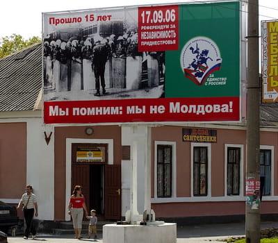 Администрация Приднестровья издавна и системно убеждает людей, что путь назад в Молдову для них отрезан. На фото - агитация 2006 года