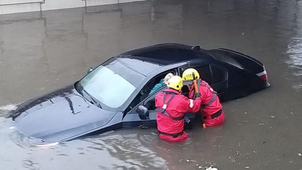 Шторм накрыл Британию: нарушена работа аэропортов и железной дороги, ожидаются наводнения