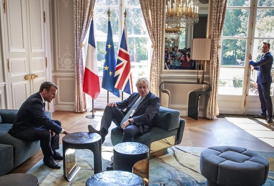 Премьер Британии закинул ногу на стол на встрече с Макроном в Париже