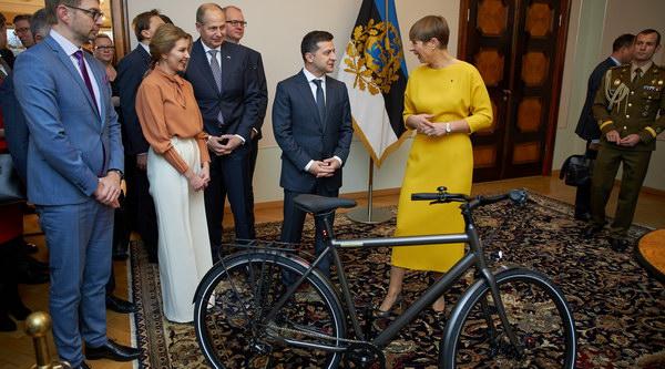 Президентка Естонії подарувала колезі велосипед