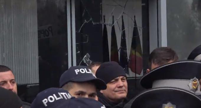 Розбиті двері і сутички з поліцією: ветерани штурмують будівлю уряду Молдови