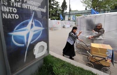 Ще у 2009 році, за Саакашвілі, Грузія оголосила, що членство у НАТО є основним зовнішньополітичним пріоритетом (про що йшлося навіть на банерах на вулицях Тбілісі). З відставкою Саакашвілі та зміною влади у країні цей пріоритет зберігся.